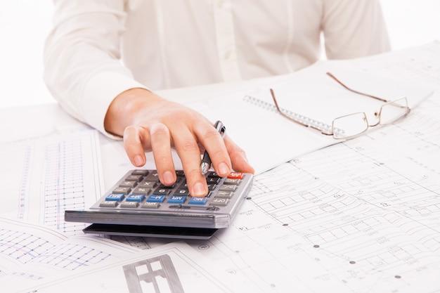 Mãos do empresário com calculadora. finanças e contabilidade empresarial.