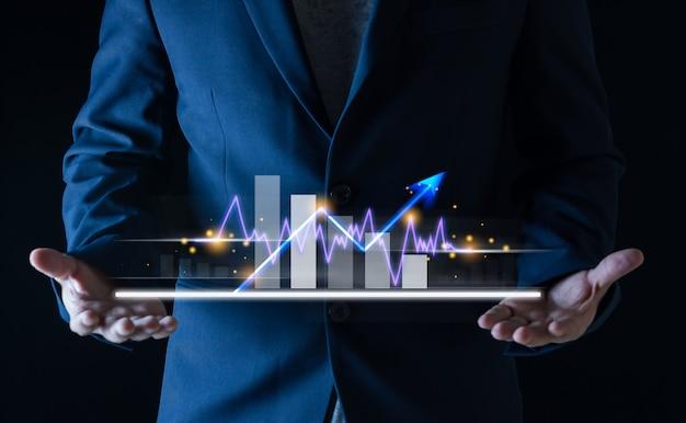 Mãos do empresário com o mercado financeiro de ações bancárias no gráfico de velas