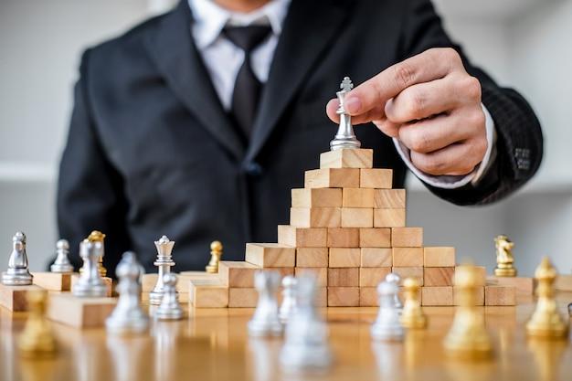 Mãos do empresário confiante, jogando o jogo de xadrez para análise de desenvolvimento novo plano de estratégia