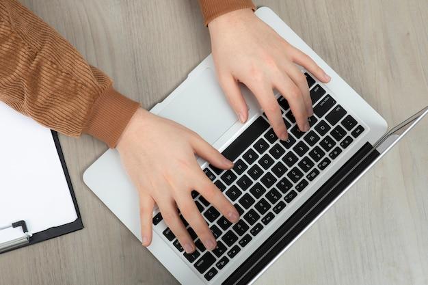 Mãos do empresário trabalhando no computador e fazer anotações.