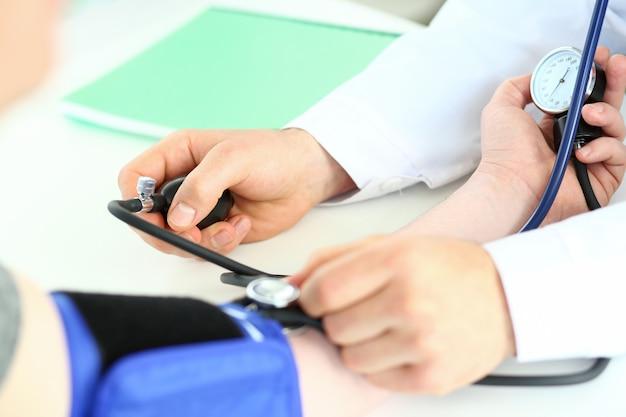 Mãos do especialista segurando o tonômetro