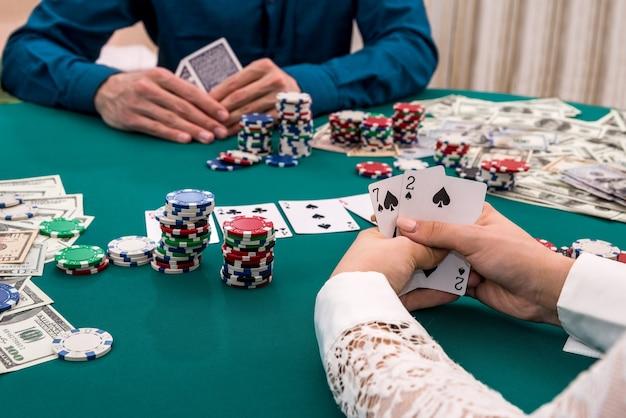 Mãos do jogador com combinação de cartas, cassino, jogos de azar