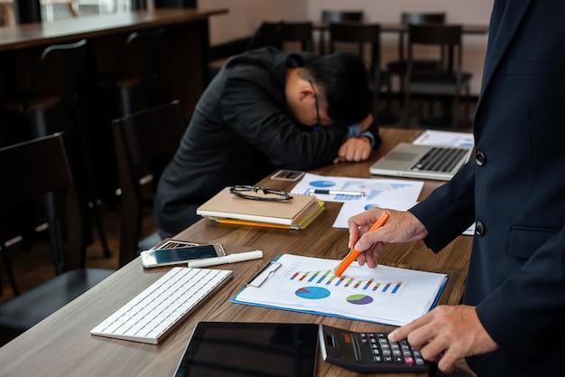 Mãos do negócio que apontam à informação financeira. falhas de negócios.