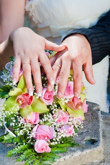 Mãos, e, anéis, ligado, buquê casamento