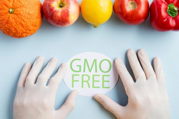Mãos e deliciosas frutas livres de ogm saudáveis