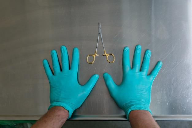 Mãos e instrumentos médicos. cirurgia plástica