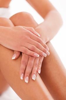 Mãos e pernas de mulher bonita