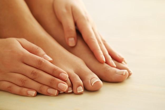 Mãos e pés de mulher