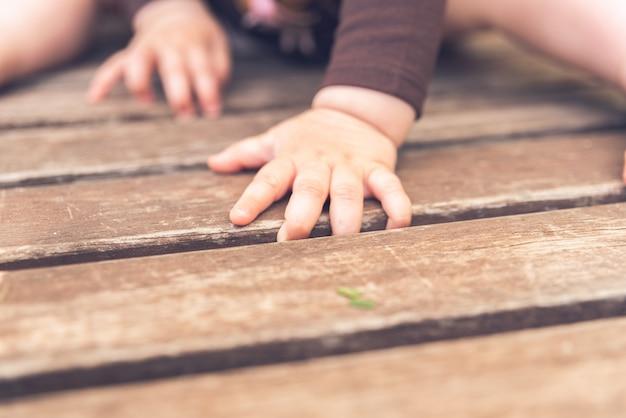 Mãos e pés minúsculos de um bebê