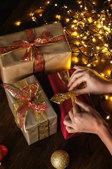 Mãos e presentes de natal