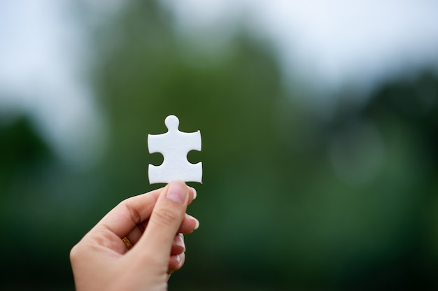 Mãos e quebra-cabeças, peças importantes do trabalho em equipe conceito de trabalho em equipe