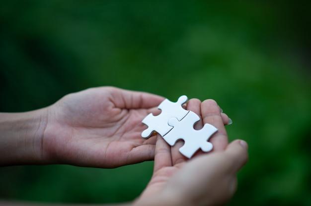 Mãos e quebra-cabeças, peças importantes do trabalho em equipe