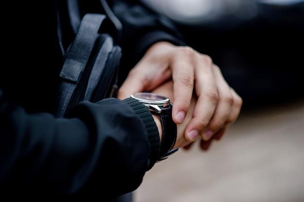 Mãos e relógios de cavalheiros como usar um relógio de pulso