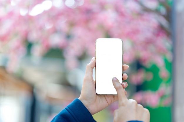Mãos e telefones usados para comunicação online