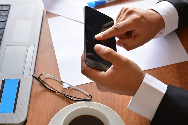 Mãos, em, um, escritório, trabalhando, com, computadores, e, tabuletas