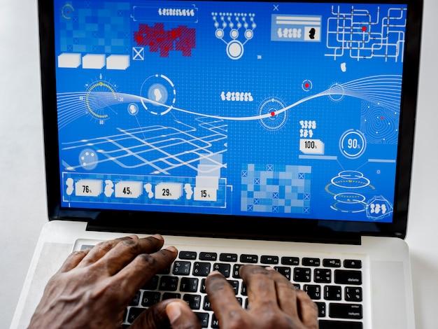 Mãos em um laptop com infográfico na tela