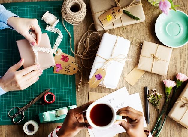 Mãos, embrulhando, presente, caixa, com, flor, decoração, artesanato