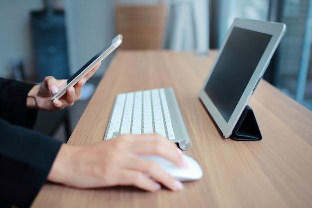 Mãos empresária, usando, tabela, e, telefone pilha