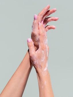 Mãos espumosas, lavando com sabão