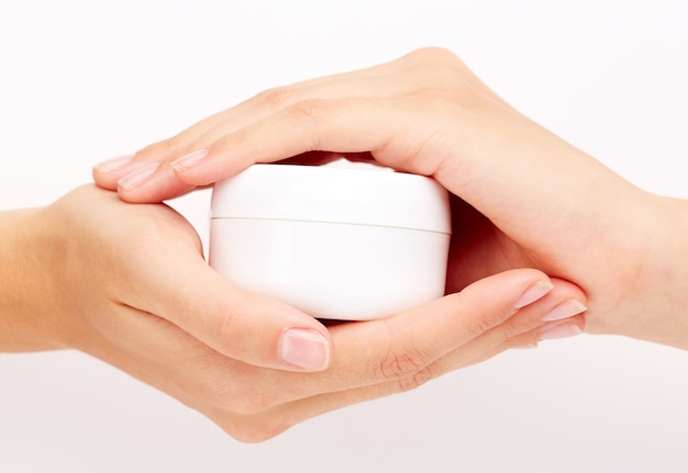 Mãos fêmeas com cosméticos