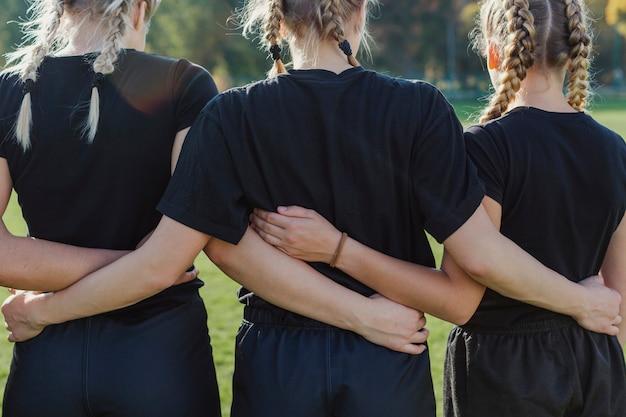 Mãos femininas, abraçando uns aos outros