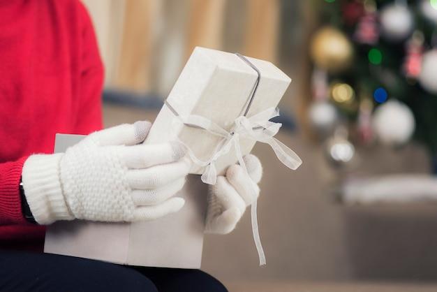 Mãos femininas abrem caixas de presente espaço pano de fundo bokeh natal ano novo conceito aniversário banner