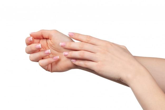 Mãos femininas bem cuidadas com manicure em branco