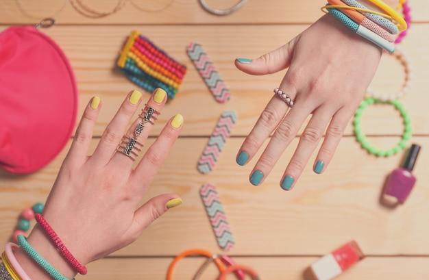 Mãos femininas com belas unhas artísticas