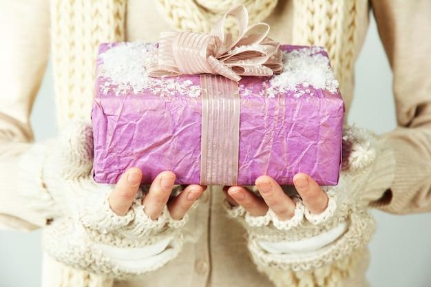 Mãos femininas com caixa de presente
