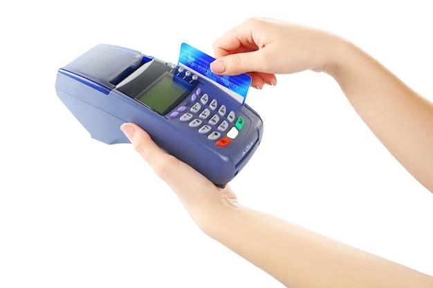 Mãos femininas com cartão de crédito e terminal de banco, isolado no branco