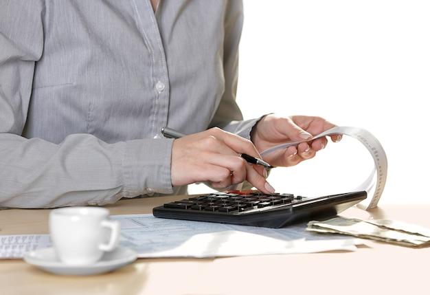 Mãos femininas com conta e calculadora, closeup