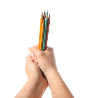 Mãos femininas com lápis coloridos em fundo branco