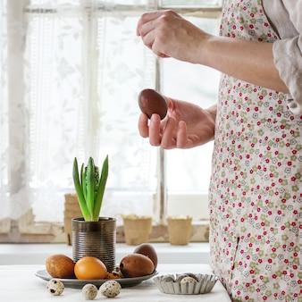 Mãos femininas com ovo de páscoa