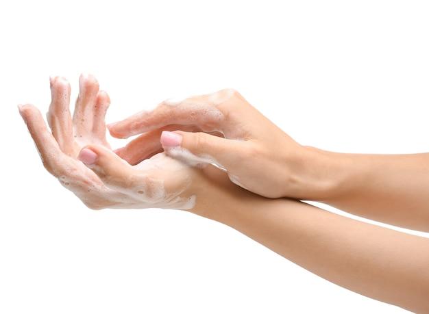 Mãos femininas com sabonete