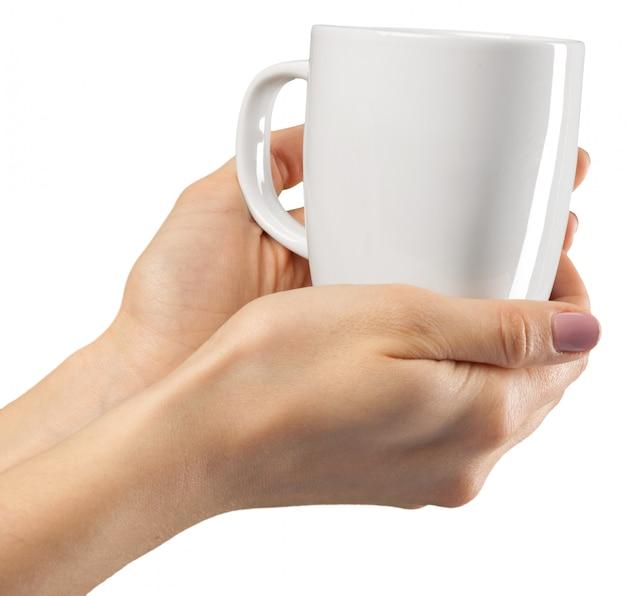 Mãos femininas com um copo