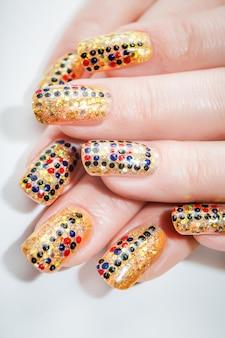 Mãos femininas com unhas art