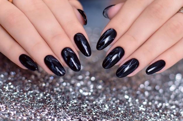 Mãos femininas com unhas de manicure fashion