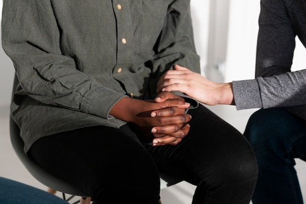 Mãos femininas consolando um amigo Foto gratuita