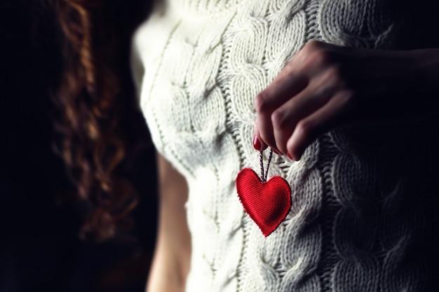 Mãos femininas, coração, peito, amor