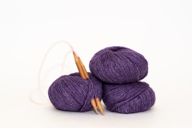 Mãos femininas de tricô com lã cinza, vista superior
