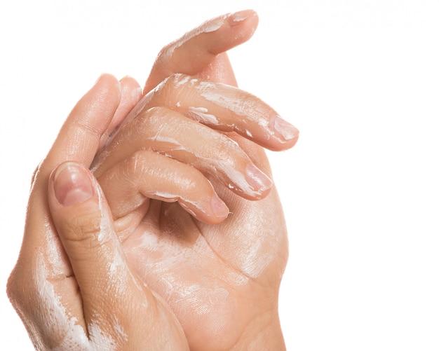 Mãos femininas e creme hidratante
