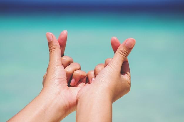 Mãos femininas em forma de coração