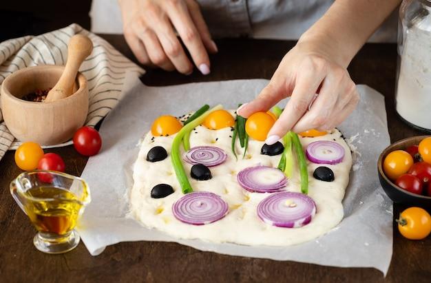 Mãos femininas fazendo pão italiano focaccia arte alimentação saudável