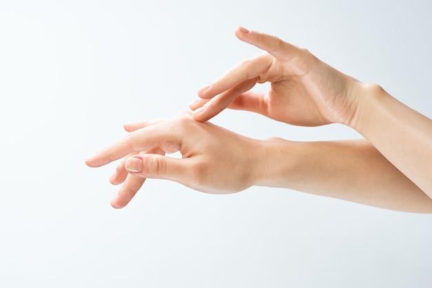 Mãos femininas massageando cuidados com a pele de perto