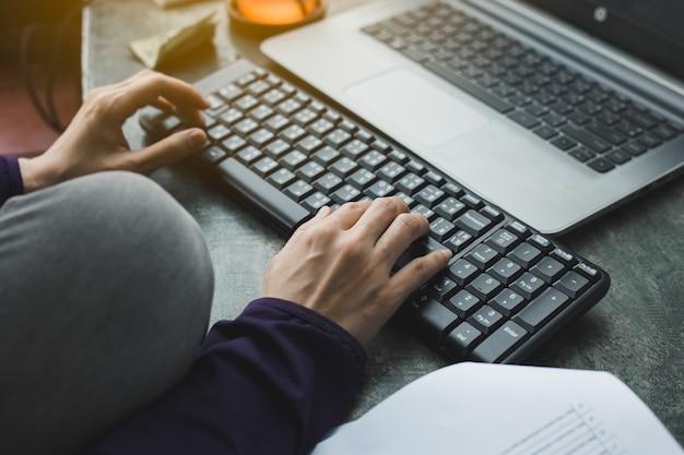 Mãos femininas no teclado