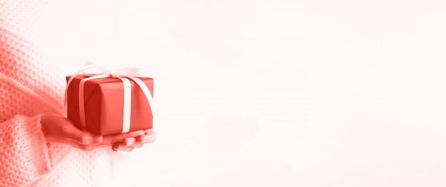 Mãos femininas que abrem a caixa de presente vermelha, espaço da cópia do fundo. natal, ano novo, festa de aniversário