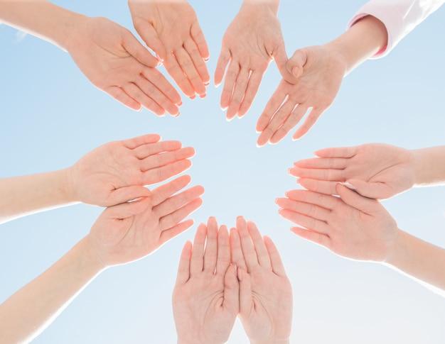 Mãos femininas se juntaram em círculo - campanha de câncer de mama.
