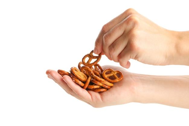 Mãos femininas segurando biscoitos salgados