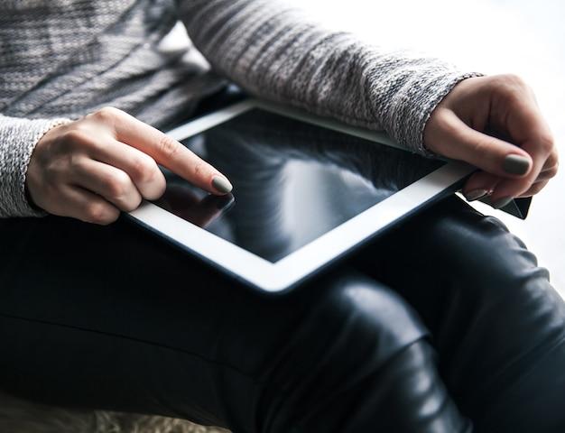 Mãos femininas segurando o tablet. linda manicure. tecnologia moderna, entretenimento, recreação, educação