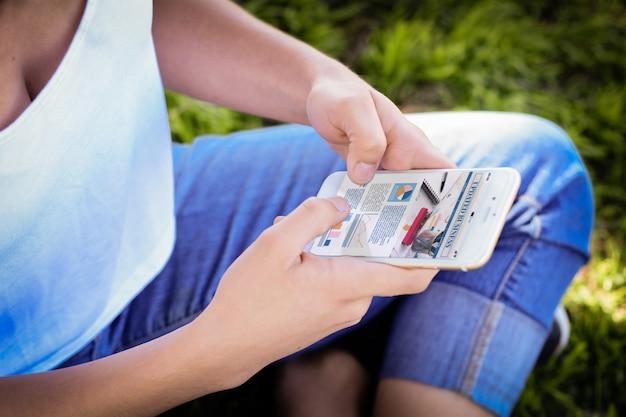 Mãos femininas segurando smartphone mostrando estatísticas sobre o crescimento da empresa